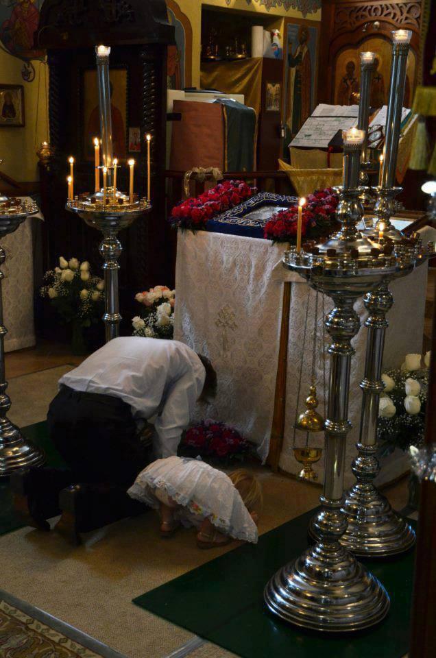 Parinti si Copii la rugaciune in Sfanta Biserica - ce vad copii ca facem noi acum, vor face si ei mai tarziu... de noi depinde viitorul lor * www.credinta-ortodoxa.com
