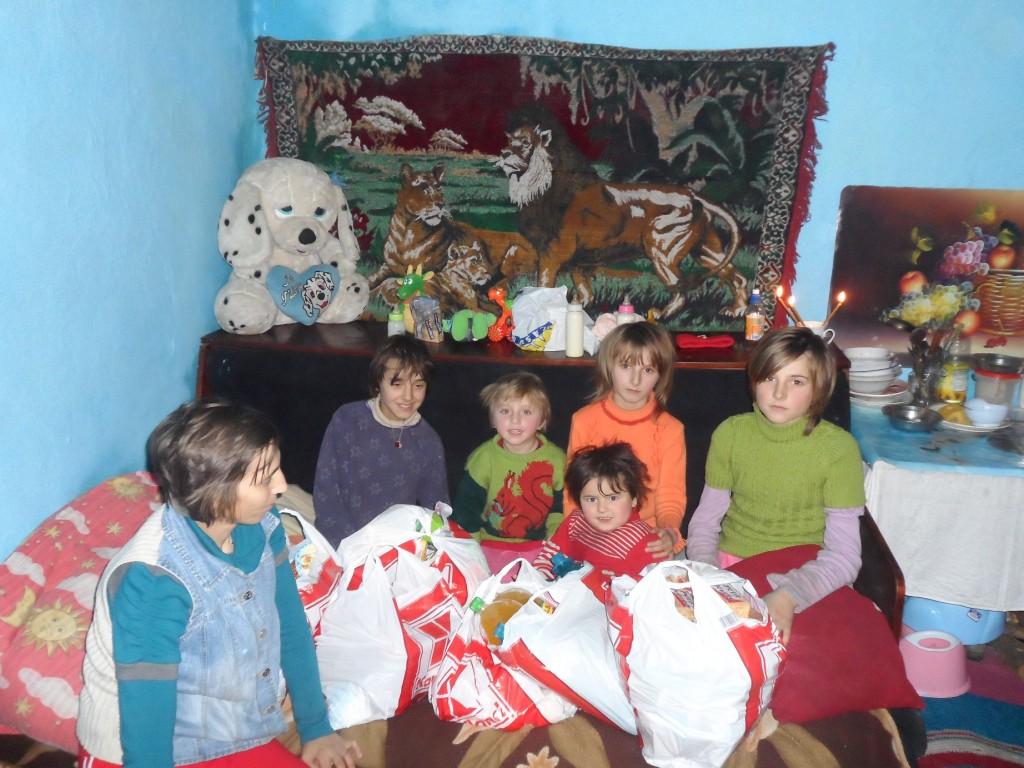 "Bucuria de a darui: jertfa fratiilor voastre ajunge la acesti oameni necajiti in primul rand sub forma de alimente, rechizite scolare (acolo unde este cazul), precum si alte produse de stricta necessitate - actiune umanitara la sfarsit de an 2013 a Bisericii Ortodoxe Romane ""Sfintii Imparati Constantin si Elena"" din Straubing, Germania * www.credinta-ortodoxa.com"