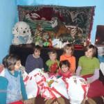 "Daruind vei dobandi: jertfa fratiilor voastre ajunge la acesti oameni necajiti in primul rand sub forma de alimente, rechizite scolare (acolo unde este cazul), precum si alte produse de stricta necessitate - actiune umanitara la sfarsit de an 2013 a Bisericii Ortodoxe Romane ""Sfintii Imparati Constantin si Elena"" din Straubing, Germania * www.credinta-ortodoxa.com"