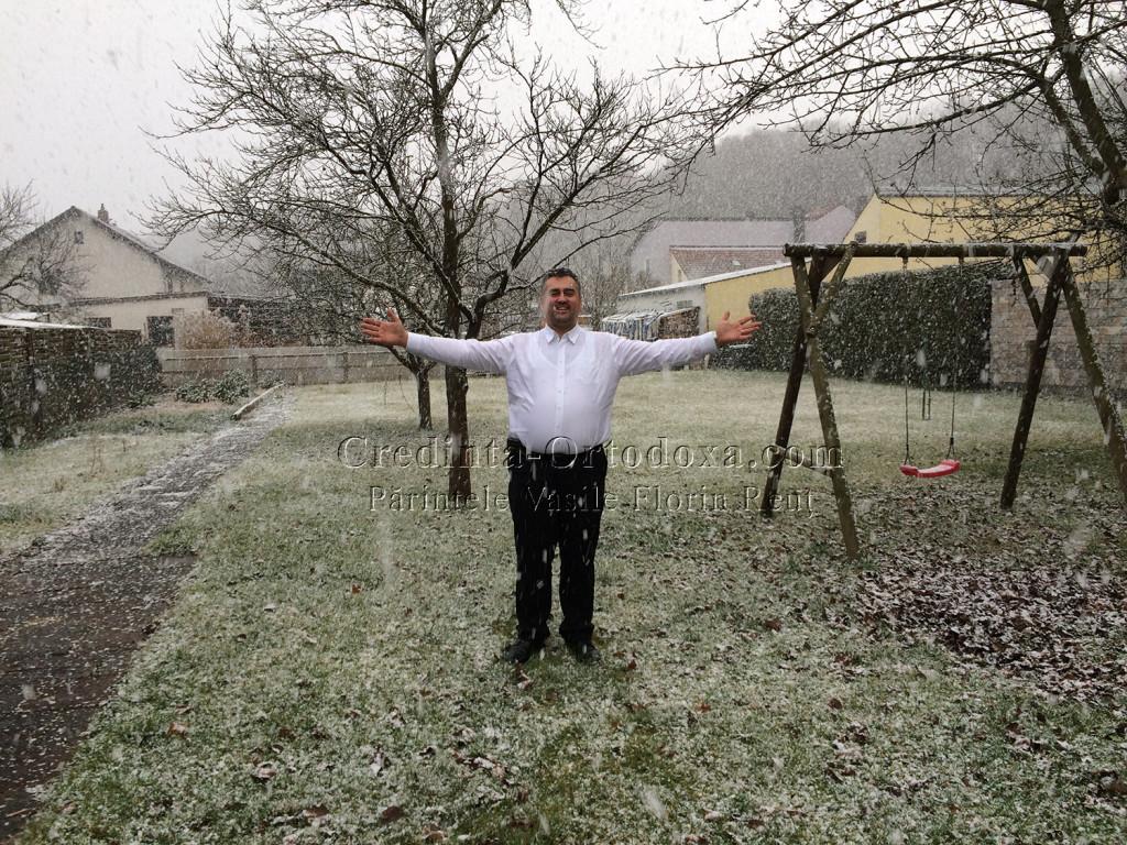 La sfarsit, Bunul Dumnezeu ne-a binecuvantat cu o ninsoare cum de mult nu am mai vazut, cu fulgi mari si pufosi * www.credinta-ortodoxa.com
