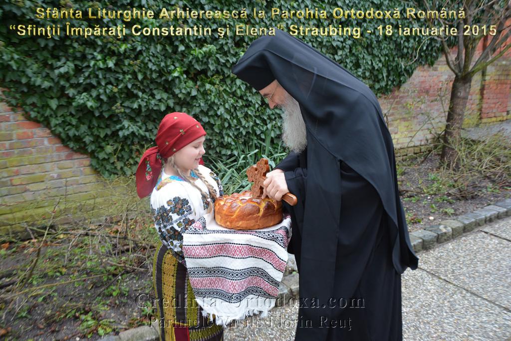 Maria Cristiana in rumänischer Tracht begrüßt ihn mit Brot und Salz