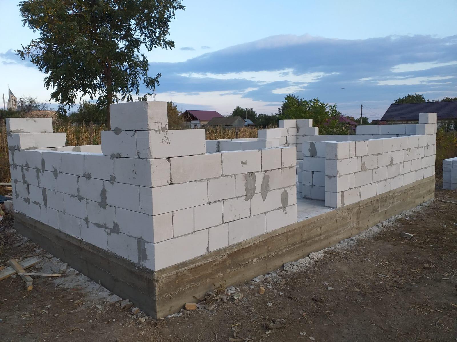 UPDATE 30.09.2019 - Astăzi s-a decofrat temelia şi s-a început zidirea căsuţei.