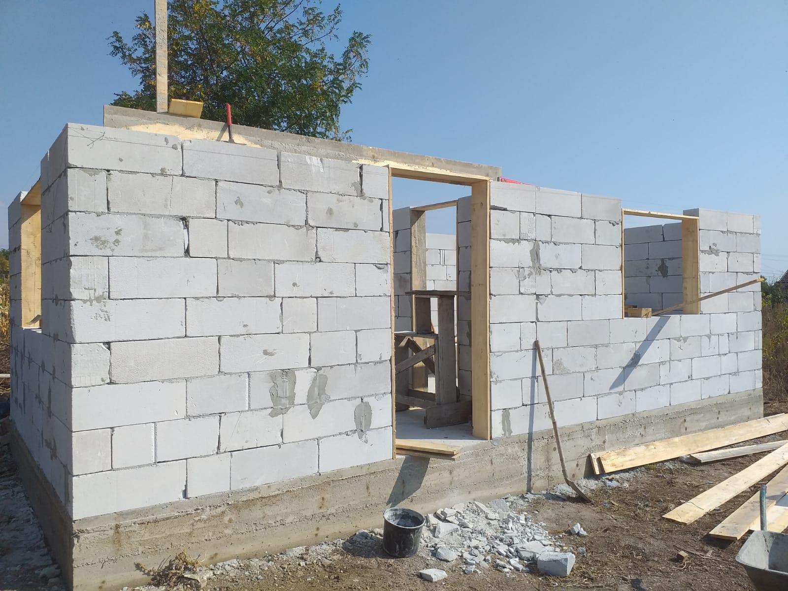 UPDATE 03.10.2019 - Astăzi s-a continuat cu zidirea căsuţei